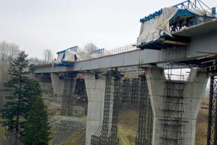 Vysúvanie a montáž oceľobetónovej konštrukcie mosta pri obci Skalité
