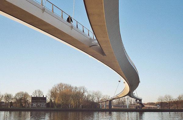 zaveseny most pre chodcov a cyklistov nescio brug
